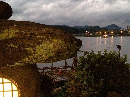 石灯籠と遠くに屋形船 大分県・日田温泉旅館 亀山亭より
